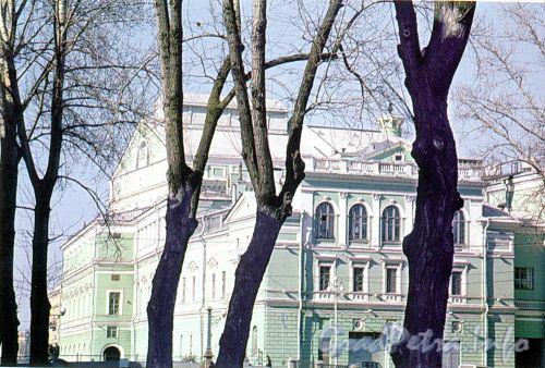 Театральная пл., д. 1. Вид на Мариинский театр с Крюкова канала. Фото 2004 г. (из книги «Старая Коломна»)