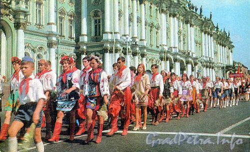 Пионерский слет на Дворцовой площади. Фото В. Стукалова, 1972 г. (старая открытка)