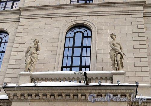 Пл. Островского, д. 2 А. Здание гостиницы. Скульптурная группа. Фото январь 2011 г.