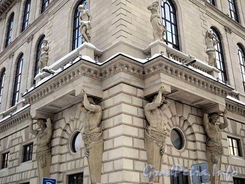 Пл. Островского, д. 2 А. Здание гостиницы. Скульптурные группы. Фото январь 2011 г.