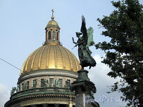 Вид на купол Исаакиевского собора от Конногвардейского бульвара. Фото июнь 2010 г.