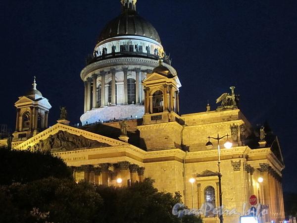 Исаакиевская пл., д. 4. Исаакиевский собор в ночной подсветке. Фото июнь 2011 г.