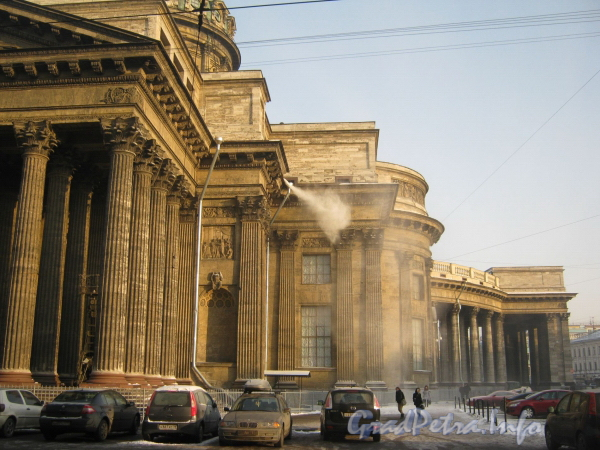 Казанская пл. , дом 2. Сброс снега с крыши Казанского собора ранним февральским утром 2012 года.