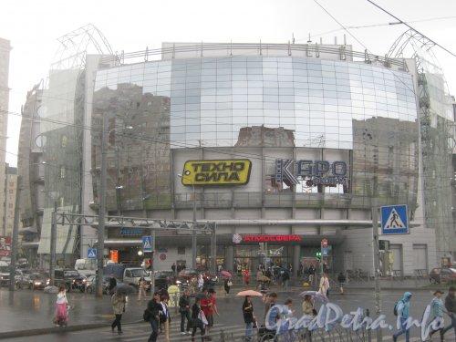 Комендантская пл., дом 1. Общий вид части здания от угла улиц Гаккелевской и Ильюшина. Фото 25 июня 2012 г.