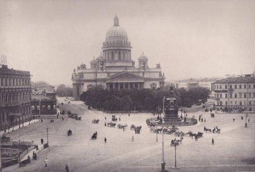 Исаакиевская пл., дом 11. Одноэтажное здание слева. Фото 1890-ых годов.