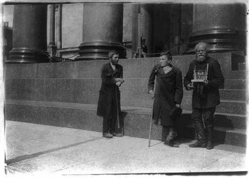 Исаакиевская пл., дом 4. Нищие на паперти. Фото начало XX века.