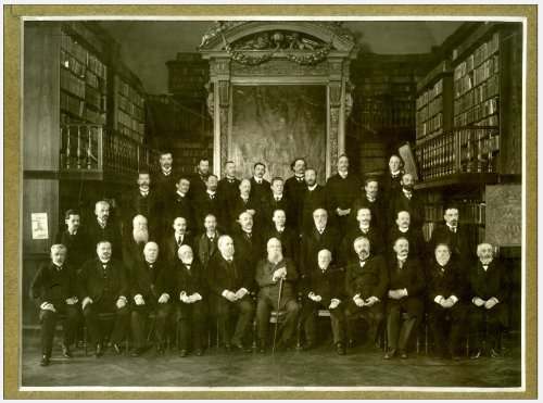 Групповой портрет сотрудников Императорской Публичной Библиотеки, по случаю десятилетия пребывание Д.Ф. Кобеко на посту Директора. 1912 г.