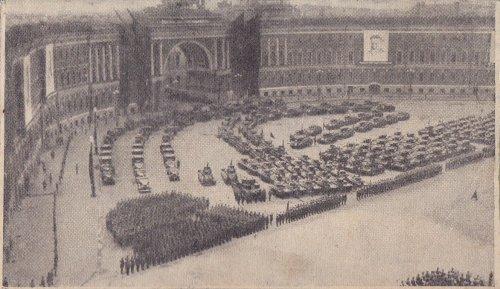 Парад на площади Урицкого, 1930е годы. Бронетехника и автомобили выстроены в форме серпа и молота(?). Слева - грузовики, справа - Т-26. По центру Т-27(?) На заднем плане БТ-5(7-?). Между толпой солдат, изображающих знамя, и танкетками по центру, стоит один Т-28. А кто за ним? 2 Т-24?