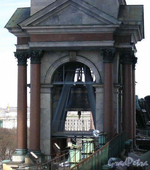 Исаакиевская пл., дом 4. Северо-Восточная колокольня Исаакиевского собора с вновь установленным колоколом. Фото 16 марта 2013 г.