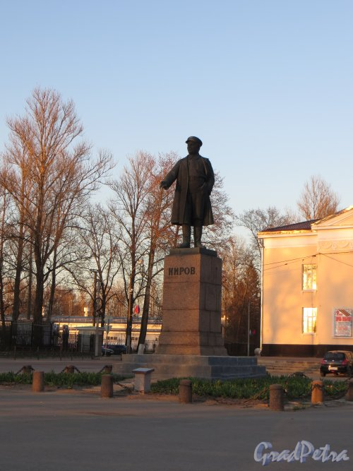 г. Кировск, памятник С.М. Кирову на Театральной площади. Фото 6 мая 2013 г.