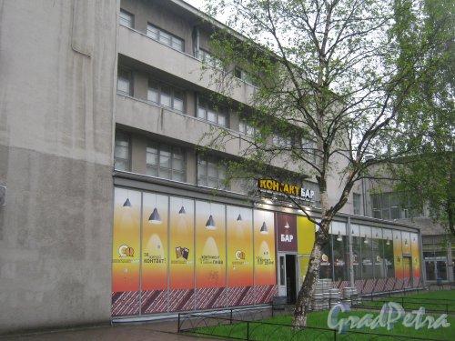 Пл. Стачек, дом 9. Фрагмент здания со стороны дома 7. Пристройка в виде бара. Фото 17 мая 2013 г.