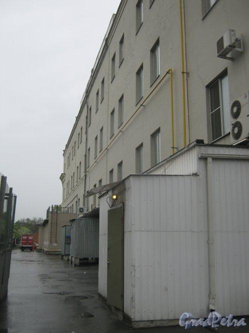 Пл. Стачек, дом 7. Фрагмент задней части здания со стороны дома 9. Фото 17 мая 2013 г.