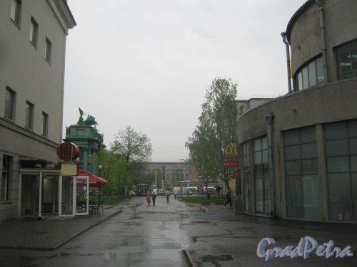 Пл. Стачек, дом 9 (справа). Проезд в сторону площади и проспекта Стачек. Фото 17 мая 2013 г.