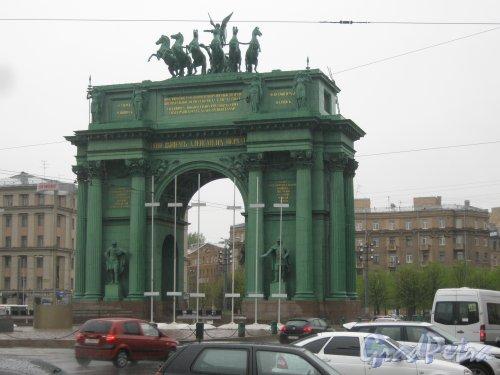 Пл. Стачек, дом 1. Нарвские Триумфальные ворота. Вид со стороны дома 4. Фото 17 мая 2013 г.