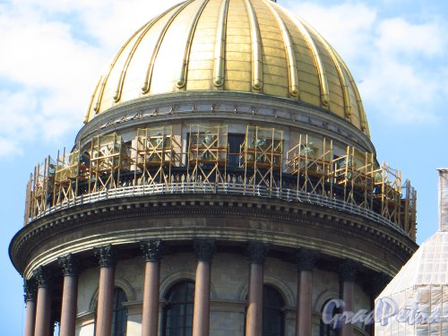 Исаакиевская пл. дом 4. Реставрация скульптур Исаакиевского собора. Фото 4 июня 2013 г.