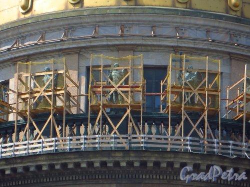Исаакиевская пл. дом 4. Реставрация скульптур Исаакиевского собора с южной стороны. Фото 4 июня 2013 г.
