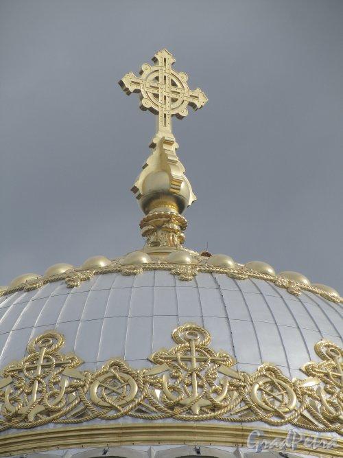 Город Кронштадт, Якорная площадь, дом 5, литера А. Морской собор святителя Николая Чудотворца. Фрагмент главного купола. Фото июль 2012 года.