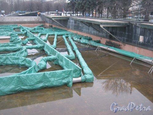 Московская площадь. Фонтанный комплекс, подготовленный для зимы. Фото 22 ноября 2013 г.