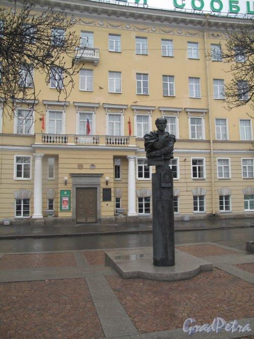 Памятник А.А. Бетанкуру на Обуховской площади. Фото май 2013 г.