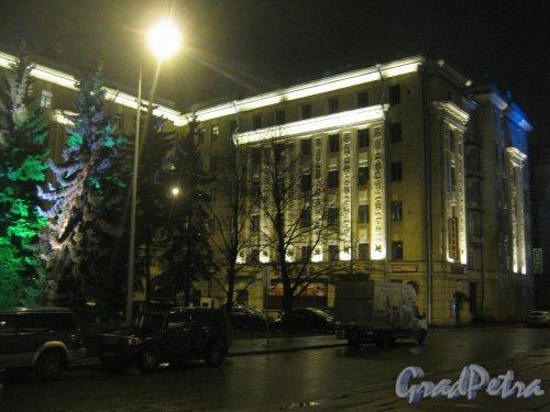 Пл. Чернышевского, дом 2. Декоративное освещение перед домом. Фото декабрь 2013 г.