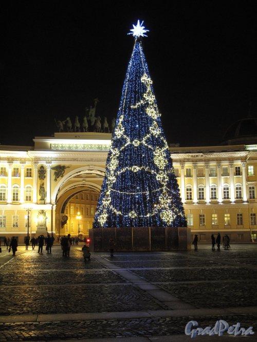 Дворцовая пл. Искусственная новогодняя елка на Дворцовой. Фото кон. декабря 2013 г.