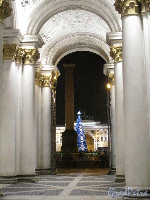 Дворцовая пл. Из колоннады Зимнего Дворца в новогоднем освещении. Фото кон. декабря 2013 г.