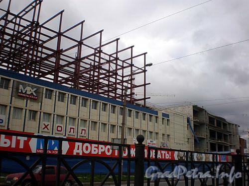 Пл. Карла Фаберже, д. 8. Фасад по Заневскому проспекту. Торговый комплекс «Мебель Холл». Работы по достройке здания. Фото сентябрь 2008 г.