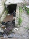 Дорога на Турухтанные острова, дом 5, литера А. КПП гаражей. Спуск в подвал здания. Фото 28 августа 2012 г.