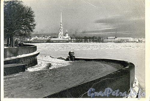 Вид на Петропавловскую крепость со стрелки Васильевского острова. Фото Н. Борисова, 1966 г. (старая открытка)