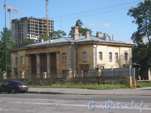 Дорога на Турухтанные острова, дом 6 (на переднем плане) и строящийся дом по адресу Кронштадтская ул., дом 13 корпус 2 (на заднем плане). Фото 28 августа 2012 г. с Дороги на Турухтанные острова.