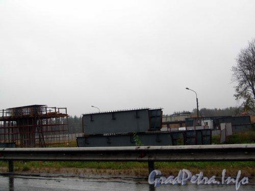 Строительство развязки Западного Скоростного Диаметра с федеральной трассой Е-18 «Скандинавия». Возведение опорных «быков» моста. Фото 23 сентября 2012 года.
