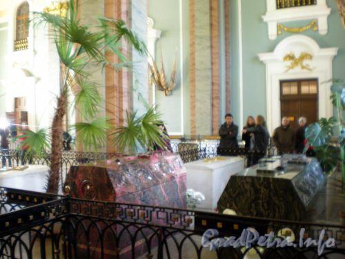 Петропавловский собор. Надгробия Александра II (правое) и его жены Марии Александровны (левое). Март 2009 г.