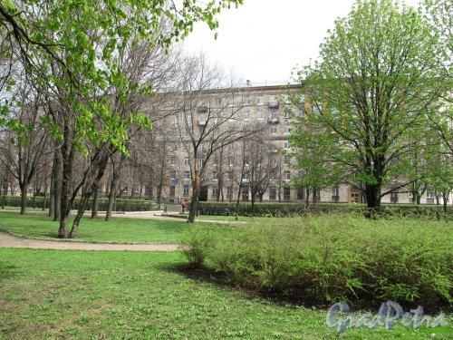 Демонтрационный проезд. Дом из сквера со стороны Московской площади