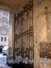 Греческий пр., д. 17. Бывший доходный дом. Створка ворот. Фото февраль 2010 г.