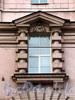 Кронверкский пр., д. 49. Обрамление окна муфтированными колоннами по центральной оси фасада. Фото октябрь 2010 г.