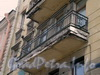 Суворовский пр., д. 51/Заячий пер., д.2. Балкон здания. Апрель 2009 г.