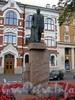 Большой пр., В.О., д. 55, лит. А. Памятник В. И. Ленину у здания администрации Василеостровского района. Фото август 2009 г.