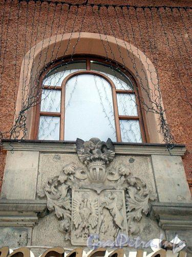 Владимирский пр., д. 19. Герб бывшего владельца дома. Фото декабрь 2009 г.