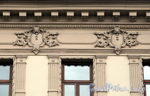 Владимирский пр., д. 18. Бывший доходный дом. Элементы декора фасада здания. Фото июнь 2009 г.
