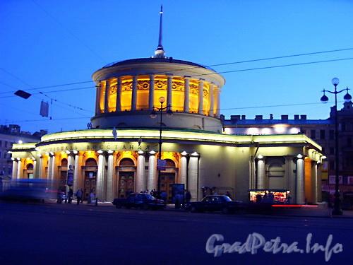 Станция метро «Площадь Восстания» в ночном освещение.