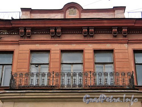 Большой пр. В.О., д. 3. Доходный дом М. А. Соловейчика. Фрагмент фасада. Фото май 2010 г.