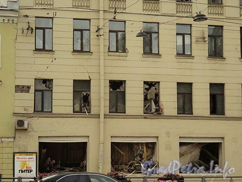 Лиговский пр., 145. Обрушившиеся перекрытия в проемах первого и второго этажей, после обрушения перекрытий. Фото 1 сентября 2010 г.