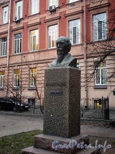Памятник Н. А. Некрасову в сквере у дома 37 по Литейному проспекту. Фото декабрь 2009 г.