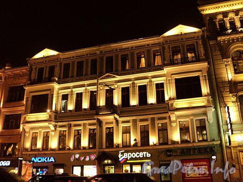 Невский пр., д. 98. Ночная подсветка фасада здания. Фото октябрь 2010 г.