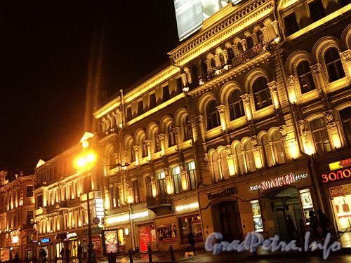 Невский пр., дома 100 и 98. Ночная подсветка фасада здания. Фото октябрь 2010 г.
