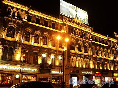 Невский пр., д. 100. Ночная подсветка фасада здания. Фото октябрь 2010 г.