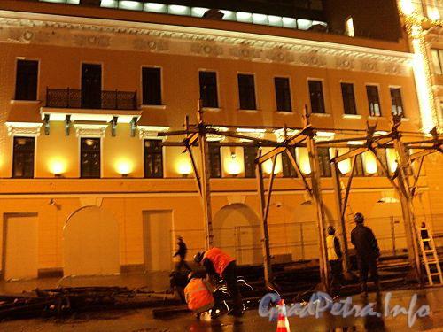 Невский пр. д. 114. Снятие ограждения перед домами 114 и 116. Фото 28 октября 2010 г.