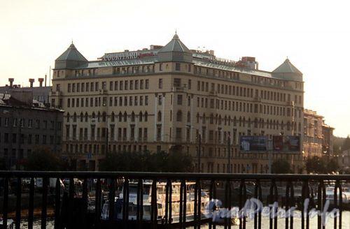 Малый пр. В.О., д. 1 / наб. Адмирала Макарова, д. 30. Вид с Тучкова моста. Фото июль 2010 г.