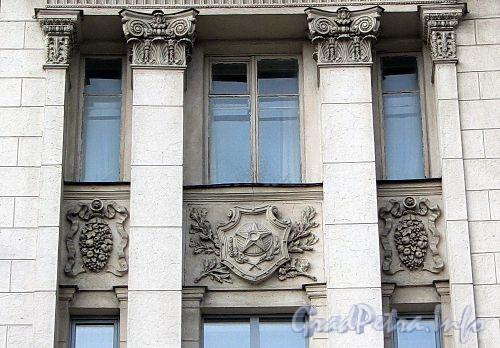 Каменноостровский пр., д. 2. Декоративные элементы. Фото октябрь 2010 г.