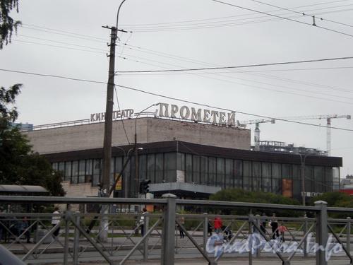 Пр. Просвещения, д. 80, здание кинотеатра «Прометей». Фото август 2008 г.